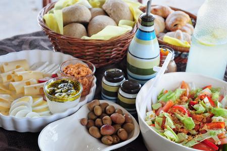 boutique hotel: Un desayuno de estilo mediterr�neo lleno saludable servido en un hotel boutique Foto de archivo