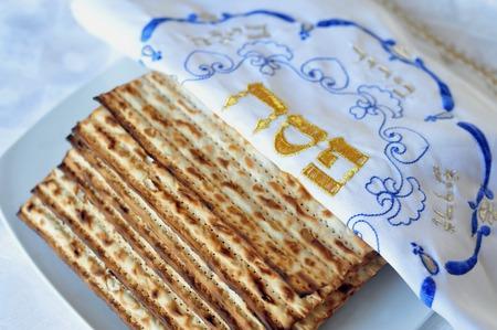 Feuille de pain azyme juive traditionnelle sur une table du Seder de Pessah. Pâque est un jour saint à prédominance juive et le festival. Elle commémore l'histoire de l'Exode, dans lequel les anciens Israélites ont été libérés de l'esclavage en Egypte. Pâque commence le 15e jour Banque d'images