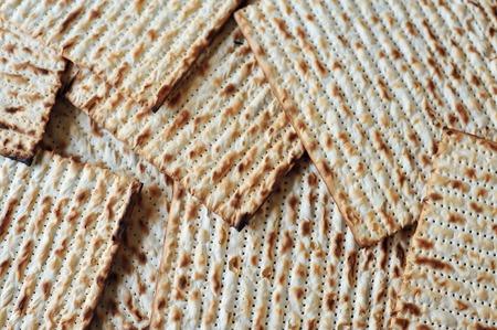 Feuille de pain azyme juive traditionnelle sur une table du Seder de Pessah. Pâque est un jour saint à prédominance juive et le festival. Elle commémore l'histoire de l'Exode, dans lequel les anciens Israélites ont été libérés de l'esclavage en Egypte. Pâque commence le 15e jour