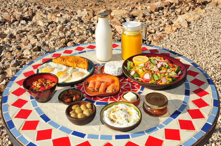 hospedaje: El desayuno tradicional israelí en Zimmers y alojamiento país en el desierto de Negev.