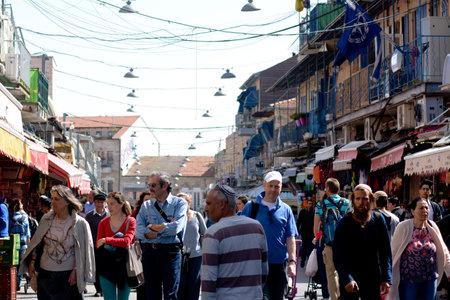 エルサレム - エルサレム、イスラエル共和国の 3 月 24 日 2015:Mahane イェフダ マーケット。それ s 地元の人や観光客、250 以上のベンダーと同様非常に