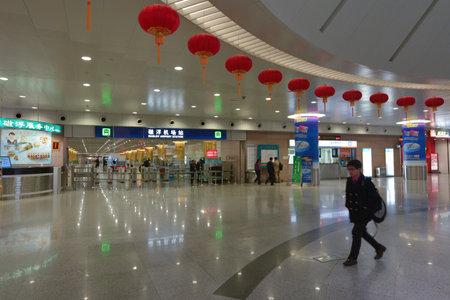 levitacion: SHANGAI, NC - 15 de marzo 2015: Los pasajeros en la estaci�n de Shanghai Maglev. La l�nea es la primera l�nea de levitaci�n magn�tica de alta velocidad operado comercialmente en el mundo