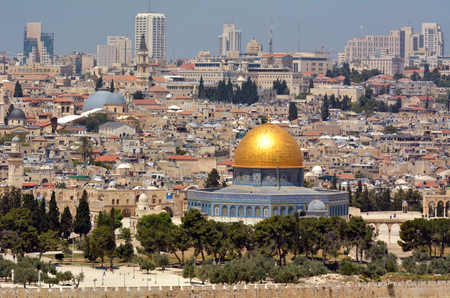 temple mount: Urban landscape view of Jerusalem and The Dome of the Rock on the Temple Mount from the mount of Olives in Jerusalem, Israel Stock Photo
