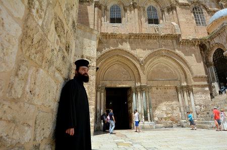 sacerdote: JERUSAL�N, ISR - 05 de mayo 2015: sacerdote ortodoxo griego en la Iglesia de la Resurrecci�n en Jerusal�n, Israel. La Iglesia considera que es el sitio cristiano m�s sagrado del mundo.