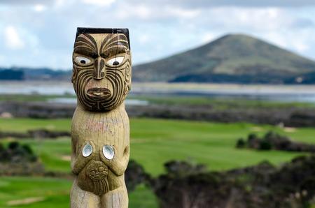 マオリはニュージーランド カリカリ半島の Rangiputa 山に対して彫刻します。