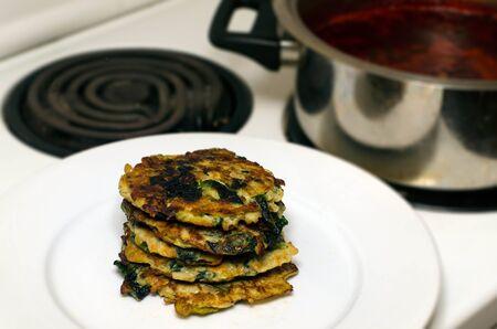 yiddish: Spinaci pancake (Latkes in Yiddish) un piatto tradizionale ebraico per Rush Hashanah ebraico cena di Capodanno.