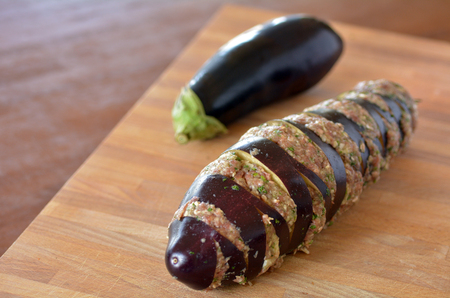 carne picada: Berenjena rellena de carne picada en la tabla de madera. Textura de Alimentos.