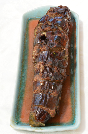plate of food: Melanzana Cotto farcito con carne tritata in un piatto. Trama alimentare. Archivio Fotografico