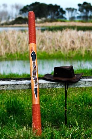 blaasinstrument: Een Australische hoed en Didgeridoo blaasinstrument in het wild Australische outback.