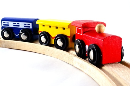 juguetes de madera: Locomotoras y vagones aislados en un blanco.
