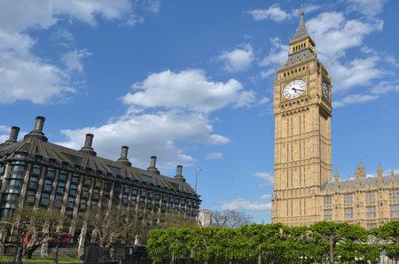 portcullis: La torre dell'orologio Big Ben a Elizabeth Tower di Palazzo di Westminster e Portcullis House a Londra, Regno Unito.