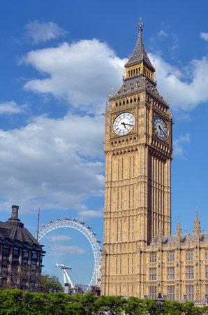 portcullis: La torre dell'orologio Big Ben a Elizabeth Tower di Palazzo di Westminster e Portcullis House e il London Eye a Londra, Regno Unito.