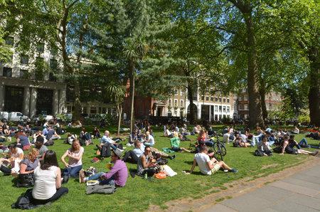 estado del tiempo: LONDRES - 13 de mayo de 2015: Los visitantes en Soho Square en Día soleado en Londres. De acuerdo con el pronóstico del clima británico los días soleados promedio en Londres son sólo 61 días en un año.