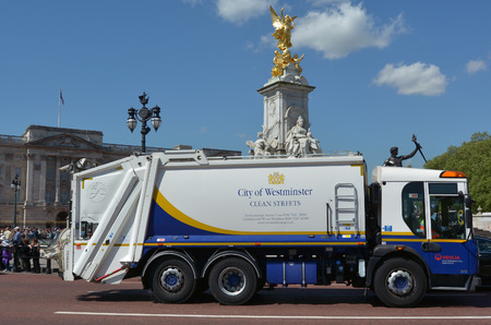 recolector de basura: LONDRES - 13 de mayo de 2015: Ciudad de Westminster Camión de basura fuera del Palacio de Buckingham, Londres. 300 barrenderos con vehículos especializados operan las 24 horas al día recoger 19.000 toneladas de basura cada año.