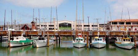 pescador: Vista panorámica de una línea de barcos de pesca en Fisherman Wharf, San Francisco CA.