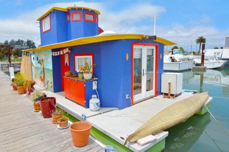 case colorate: SAN FRANCISCO - 21 MAY 2015: casa galleggiante variopinto in comunità galleggiante Sausalito California.Sausalito composto da più di 400 case galleggianti di varie forme, dimensioni e valori di fine nord della città.