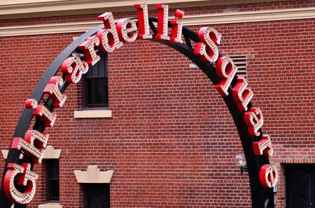 pecheur: SAN FRANCISCO - 17 mai 2015: un célèbre place publique historique de Ghirardelli Square entrance.It avec des magasins et des restaurants du quartier Quai du Pêcheur de San Francisco, Californie.