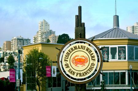 pescador: SAN FRANCISCO, EE.UU. - 17 de mayo 2015: Fisherman Wharf sign.Fisherman Wharf es una atracción turística muy popular en San Francisco, California. Editorial