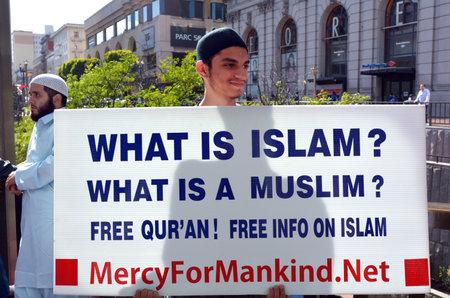 conflictos sociales: SAN FRANCISCO - 17 MAY 2015: El hombre musulm�n sostiene Qu� es el Islam de se�as durante unos informes protest.New mostrar que el Islam est� creciendo r�pidamente que cualquier otra religi�n en el mundo y ser� equivalente a la cristiandad en 2050