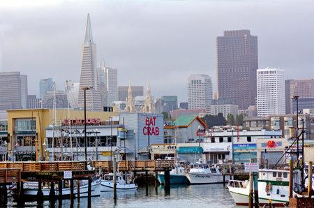 pescador: SAN FRANCISCO - 17 MAY 2015: muelle de pescadores con el horizonte de San Francisco. Fisherman Wharf es una atracción turística muy popular en San Francisco, California. Editorial