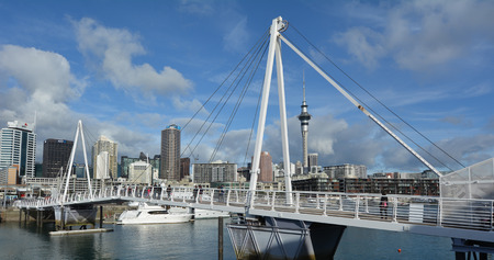 oficina antigua: AUCKLAND AUG - 01 2015: Wynyard Crossing en un antiguo puerto comercial de Auckland Viaduct Harbor Basin.It se convirti� en una promoci�n de apartamentos de lujo, oficinas y restaurantes. Editorial