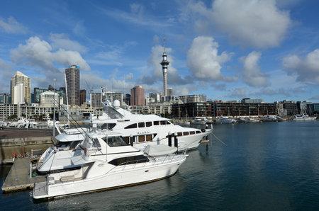 oficina antigua: AUCKLAND - 01 de agosto 2015: Los yates de amarre en un antiguo puerto comercial de Auckland Viaduct Harbor Basin.It convirti� en una promoci�n de apartamentos de lujo, oficinas y restaurantes. Editorial