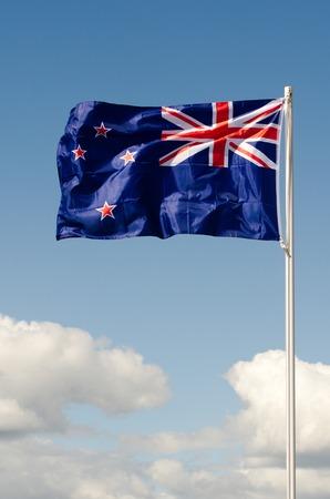 bandera de nueva zelanda: Nueva Zelanda Bandera nacional de onda por encima de largas nubes blancas.