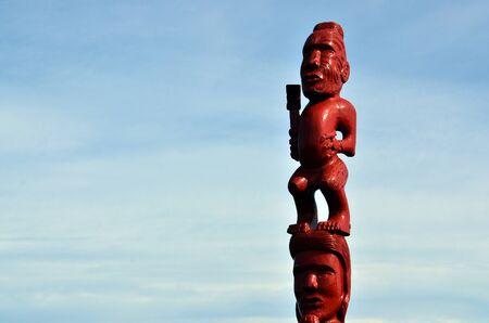 maories: Una antigua escultura maor� del hombre y de una mujer loca de madera. Foto de archivo
