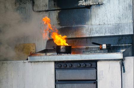鍋に火をキッチン。 写真素材