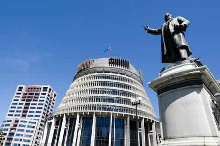 La statue de bronze de Richard John Seddon et le bâtiment Beehive - Parlement de la Nouvelle-Zélande dans la ville de Wellington. Éditoriale