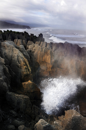 orificio nasal: Surf Mar de Tasman explotando en espiráculo en las rocas panqueque en Punakaiki, Isla Sur, Nueva Zelanda. Foto de archivo
