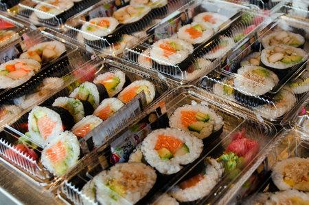 atun rojo: AUCKLNAD, NZ - MAY 26: Contenedores para llevar Sushi en la exhibición en un bar de sushi el 26 de mayo 2013.Almost 80% de todo el atún rojo capturado en el mundo se utiliza para el sushi y el sashimi.