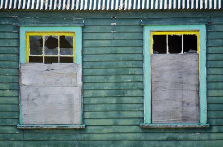 campagne rural: Vitres bris�es d'une vieille maison de ferme dans un paysage rural.