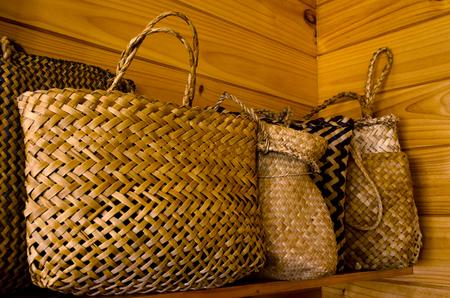 Bolsas tradicionales maoríes de lino en un estante. Foto de archivo - 43381660