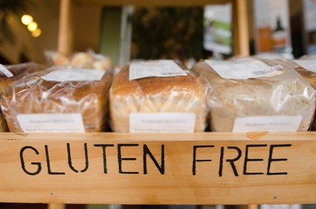 El gluten pan gratis de panes en la exhibición en una tienda de alimentos saludables. Foto de archivo