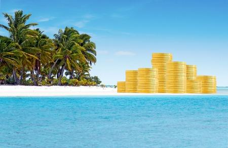 Offshore bankieren en belastingparadijzen concept met gouden munten op zand eiland en palmbomen. Kopieer de ruimte Stockfoto