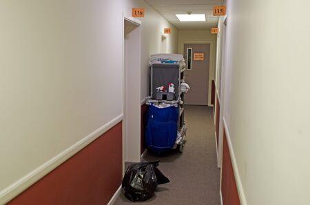 empleada domestica: Sala de equipos de servicio en el pasillo del hotel.