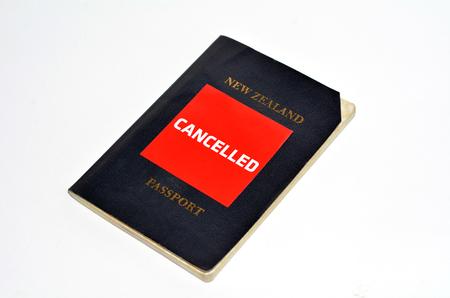 foto carnet: Cancelado pasaporte de Nueva Zelanda aislado en fondo blanco. Foto del concepto de ciudadan�a de NZ