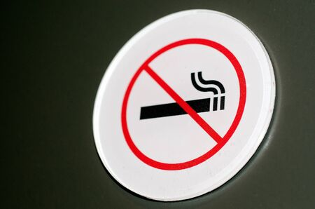 no fumar: Muestra de no fumadores y el s�mbolo en una pared.