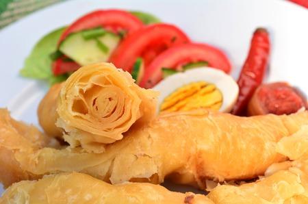 sabbat: Cl�sico yemen� jachnun, una comida yemen� jud�a cl�sica de jachnun, tomates rallados, huevo, pimiento rojo picante y ensalada. Por lo general se sirve para el desayuno o el almuerzo en shabbat S�bado. Foto de archivo