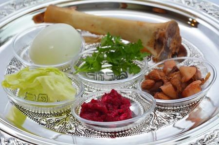 Pascha Seder Plaat met de zevende symbolische post tijdens de Seder maaltijd op passover joodse feestdag.