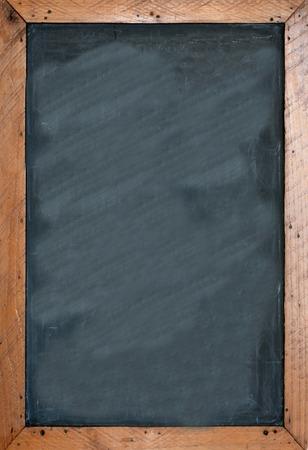 Lavagna in bianco con telaio wooben marrone. Spazio vuoto per l'inserimento e per aggiungere del testo. Archivio Fotografico - 45504155
