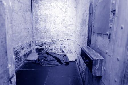 prison cell: ancien intérieur de la cellule de la prison vide. Banque d'images