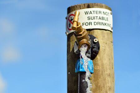 적합: 물 야외 수도꼭지에 기호를 마시는 적합하지 않습니다. 수평. 복사 공간