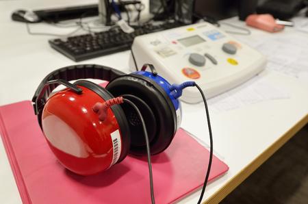 Screening dell'udito e apparecchiature di controllo test in una cabina di prova insonorizzata. Archivio Fotografico - 45506717