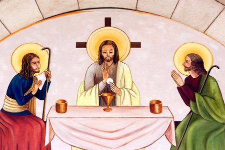 """LATRUN - 10 de mayo: """"La última cena"""" en una pared del monasterio de Notre-Dame de septiembre-Douleurs el 10 de mayo de 2005 en Latrun, Israel.The última cena es la comida final que, según la creencia cristiana, Jesús compartió con sus apóstoles en Jerusalén antes de su cru Editorial"""