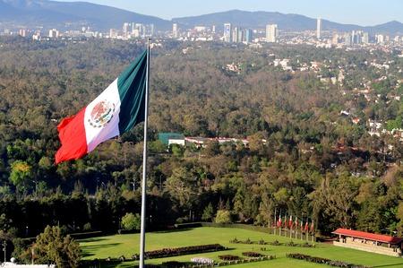 bandera de mexico: Una bandera nacional mexicana gigante sobre la Ciudad de México, México.