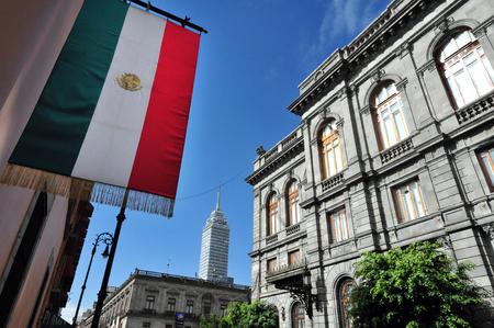 bandera de mexico: El edificio del Senado de México en la Ciudad de México, México. Foto de archivo