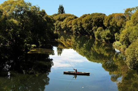 hombre pescando: La pesca en la isla sur de Nueva Zelanda. Foto de archivo