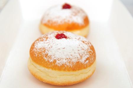 Donuts für den jüdischen Feiertag von Chanukka in einer Box Standard-Bild